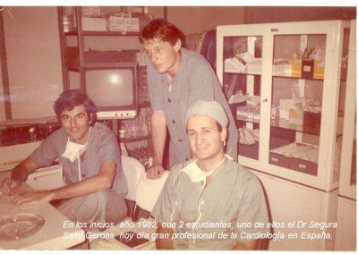 Dr Suárez con estudiantes año 1982